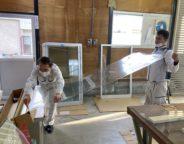 飛散防止フィルム(透明)  施工① 硝子の大きさに合わせフィルムカットしています。